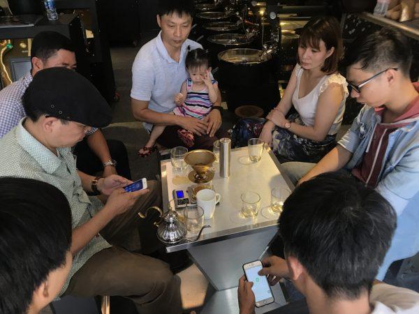 Giao lưu máy rang cafe với khách hàng
